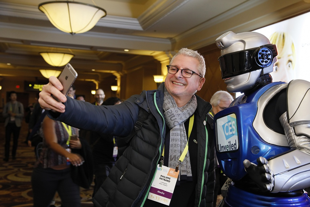 A visitor snaps a selfie at CES 2017. (CES 2017)