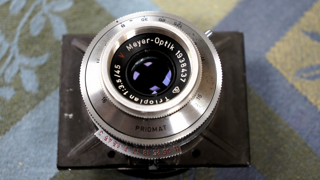 The Meyer-Optik-Goerlitz Trioplan removed from the camera.The large lens panel needs to be kept attached to the lens.