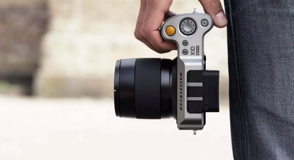 The Hasselblad X1D is fitted with a Nikon hot shoe for using an electronic flash.
